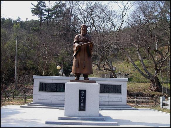 정극인의 동상 무성리에는 사적 무성서원이 자리하고 있다. 무성리 성황산 밑에는 정극인의 동상이 서 있다.