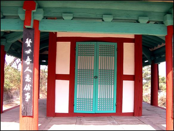 방 송정은 가운데 작은 방을 들였다. 마루에는 난간도 없이 평범한 정자다