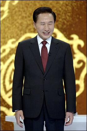 이명박 대통령이 지난 27일 서울 여의도 MBC에서 열린 '특별생방송 대통령과의 대화'에 출연해 모두발언을 하고 있다.