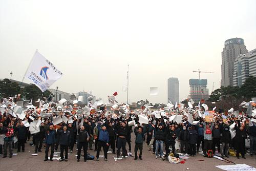집회 마지막, 피켓을 하늘로 날리는 노동자들.