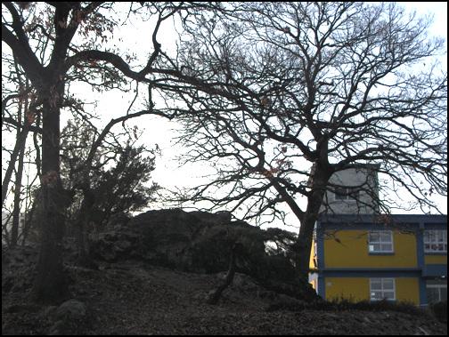죽바위 주암분교 입구에 있다. 이곳은 1970년대 까지도 5일장이 섰던 마을이다.
