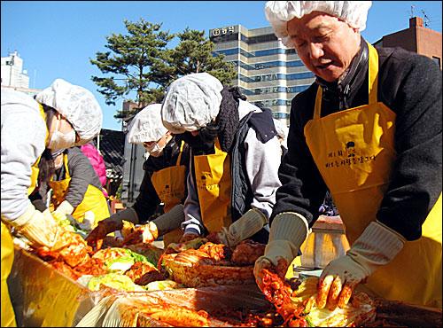 김상곤 경기도교육감이 6일 서울 조계사에서 진알시 등이 개최한 '바보들, 사랑을 담그다' 행사에 참석, 김장 담그기를 하고 있다.