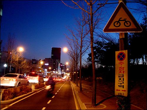 자전거 전용도로를 질주하는 오토바이만 보인다.