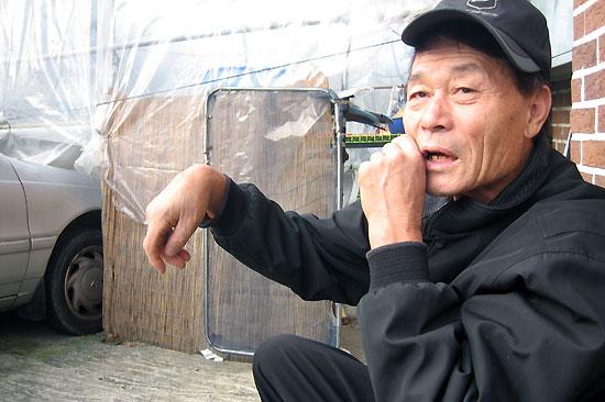 유재철 할아버지 할아버지는 오른손이 불편합니다. 한국전쟁 때 총을 맞아 손목을 들어올리지 못합니다. 그래도 마을 노인들 집을 수리하는 일을 척척 해냅니다. 텃밭을 가꿔 이웃과 나누는 걸 인생의 재미로 여기며 삽니다.
