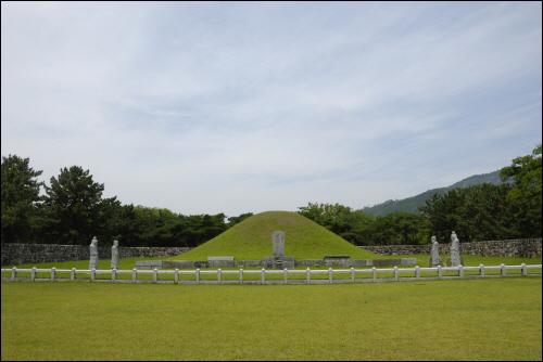 수로왕릉 가야를 세운 수로왕의 무덤으로서 현재 김해시내에 위치해 있다. 가야 멸망 이후 드문드문 이어지던 제사를 문무왕 때에 이르러 복구시켰다.(사적 제 73호)
