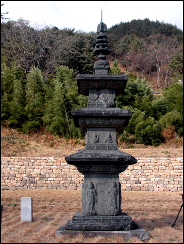 국보 제10호 백장암 삼층석탑 통일신라 시대의 탑으로 뛰어난 조각 솜씨가 돋보인다.