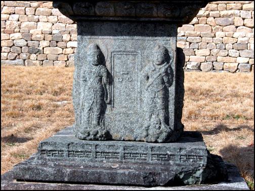 1층 탑신 일층의 탑신에는 신장상과 보살상이 조각되어 있다. 받침돌에는 난간을 둘러 멋을 더했다