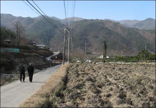 사진 왼쪽에 보이는 실개천을 경계로 오른쪽이 곡성 가정마을이다. 왼편은 구례에 속한다.