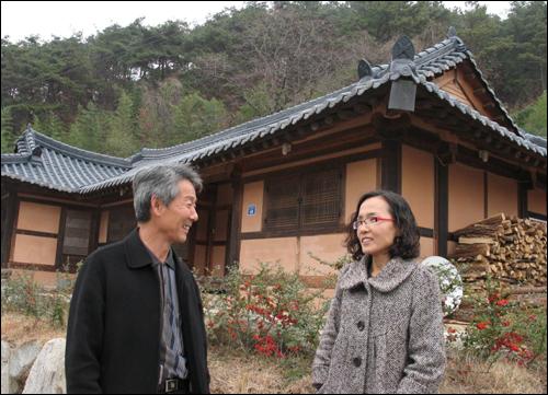 가정마을 농촌체험을 이끌고 있는 김봉우 마을이장과 김춘옥 체험마을 사무장이 체험관 앞에서 이야기를 나누고 있다.