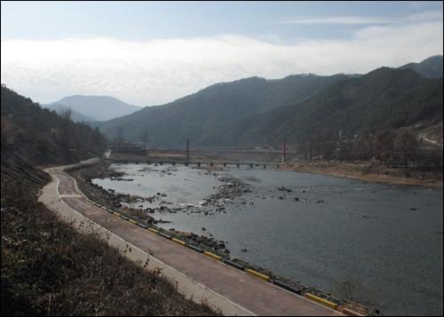 17번 국도와 가정마을을 연결해 주는 섬진강 두가현수교. 강변 풍경에서도 산골마을의 멋이 묻어난다.