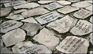 노무현 재단은 고 노무현 대통령 묘역에 박석을 설치하는 캠페인을 벌이기로 했다.