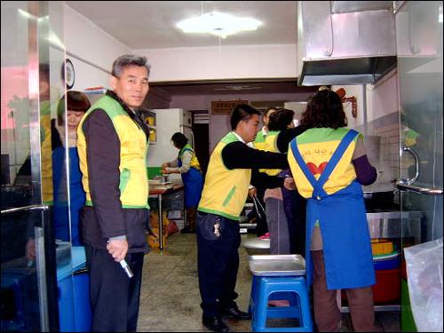 식당 내부에서 열심히 조리 중이신 자원봉사자님들 입니다. 매주 자원봉사를 와주시는 분들이신데 매주 오시는 분들은 20여분 안팍입니다. 대부분 인근에서 거주하시기도 하지만 다른 지역에서도 오셔서 일손을 돕는 분들도 계십니다.