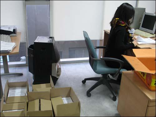 19일 오후 참여연대 사무실에서 서울광장 조례개정 서명용지 집계 작업이 한창인 가운데 한 간사가 서명용지를 세고있다. 왼쪽에는 집계가 끝난 서명용지들이 한 상자에 2500장씩 담겨있다.