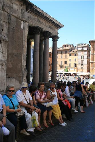 판테온 입구. 고대 로마의 신전을 보기 위해 많은 여행자들이 모여든다.