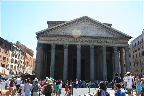 판테온. 코린트 양식의 기둥들이 이곳이 로마시대의 신전임을 알려준다.