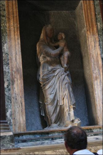 판테온 성모 마리아상. 로마시대의 여신상을 다시 조각하여 성모상을 만들었다.