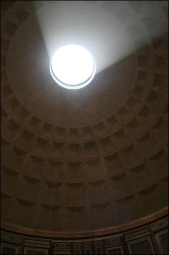 판테온 오쿨루스. 돔 중앙 구멍으로 들어온 햇빛은 신비스러운 분위기를 연출한다.