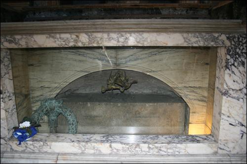 라파엘로의 석관. 라파엘로는 판테온의 달빛을 보며 무아지경을 경험했다.