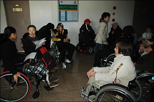 (사)경남장애인자립생활센터협의회는 올해 경남지역 10개 시의 '장애인 이동권.자립생활 정책 약속 이행' 여부를 평가한 뒤 발표했다. 사진은 장애인들이 22일 경남도청에서 기자회견을 열기 전 모여 논의하고 있는 모습.