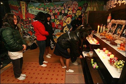용산철거민참사가 발생한지 1년이 다 되어 가도록 해결되지 않는 가운데, 22일 오후 참사 현장인 서울 한강로 남일당 빌딩 1층에 마련된 분향소에서 여학생들이 분향을 하고 있다.