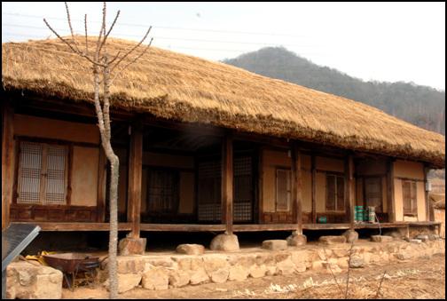정원태 가옥 충청북도 제천시 금성면 월림리에 소재하고 있다. 현재 중요민속자료 제148호로 지정되어 있다.