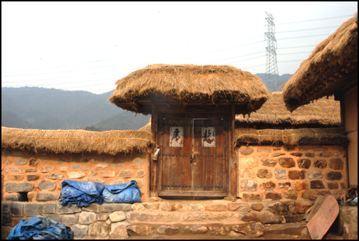 대문 정원태 가옥의 문은 크지 않다. 담장에 일각문으로 만들어 놓은 초가지붕의 대문이 멋스럽다.