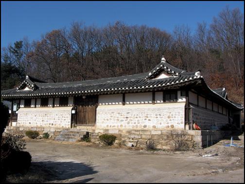 해평윤씨 동강공파 종택 현재 경기도 문화재자료 제97호로 지정이 되어있다. 처음에는 99칸의 대 저택이었다고 한다.