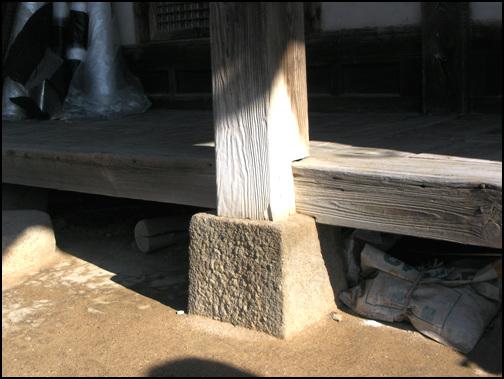 종택의 주추 주춧돌을 보면 숙련된 석공의 솜씨로 다듬어졌다는 것을 알 수 있다. 그만큼 잘 지어진 집이다.