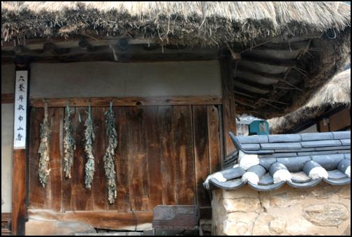 판자벽 대문채 동편 끝은 판자벽으로 하였다. 안으로 들어가면 핫간으로 사용된다.