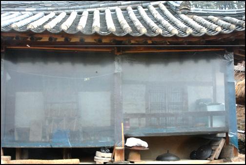 광과 건넌방 대청 옆에 있는 광. 위를 보면 살창이 보인다. 건넌방은 마루를 높이고 투박한 난간처리를 하였다. 안 사랑방으로 사용을 했을 것이다.