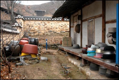 툇마루 집 뒤편에 툇마루를 넓게 놓아 물건 등을 쌓아놓았다.