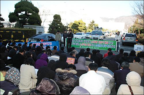 전교조 경남지부는 28일 오후 경남도교육청 후문에서 집회를 열고, 전교조 전임 허가를 촉구했다.