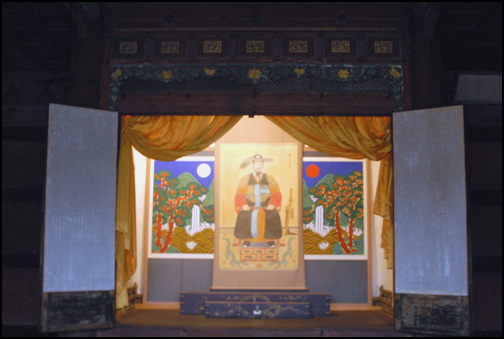 정조 어진 운한각에는 정조의 어진을 모샤놓았다. 현재의 어진은 군복인 융복을 입은 초상화로 2005년도에 새로 제작하여 봉안한 것이다.