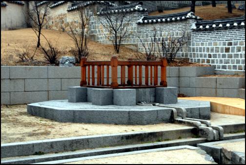 어수정 정방형의 형태로 각 방향에 14개씩 56개의 장대석을 치밀하게 쌓아올렸다. 제정의 높이는 5.5m이며, 물의 깊이는 4m정도이다.