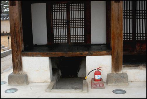 아궁이 풍화당의 양편에는 마루를 높이고, 그 밑에는 아궁이를 둔 방이 있다