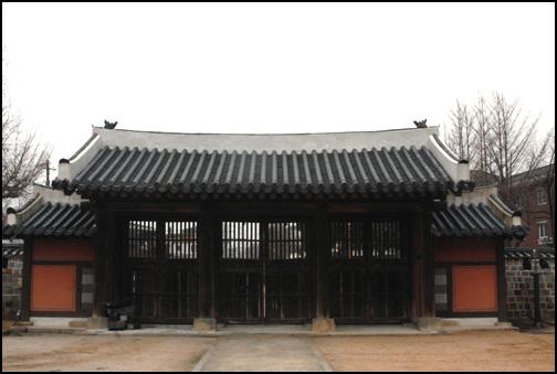 외삼문 화령전의 외삼문은 살창으로 꾸며진 특이한 문이다. 양옆에는 골방이 붙어있다.