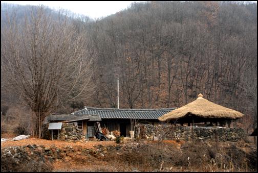 중전리 고가 제천시 금성면 중전리에 소재한 중전리 고가. 현재 충북유형문화재 제86호로 지정이 되어있다.