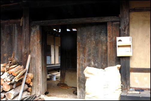 대문 대문의 안에는 판자로 꾸민 바람벽을 막아 안채로 직접 들어가지 못하도록 하였다.