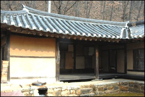 안채 안채의 좌측에는 벽이 막힌 건넌방이 있고 두칸 대청이 있다. 이 건넌방에서 날개채의 살림방으로 동선이 이어진다.