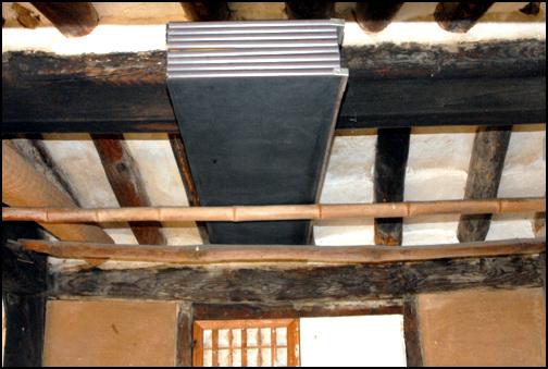 시렁 안채의 안방 앞 천정에 대나무를 만든 시렁, 병풍이 올려져 있다.