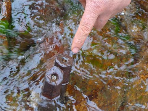 삼성산 계곡 물속 바위에 박힌 쇠말뚝