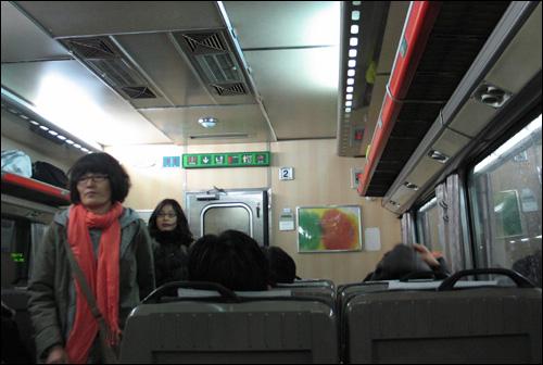 목포행 남행열차를 타는 통근족들.
