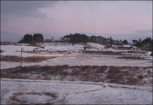 열차 차창 밖으로 펼쳐진 풍경.