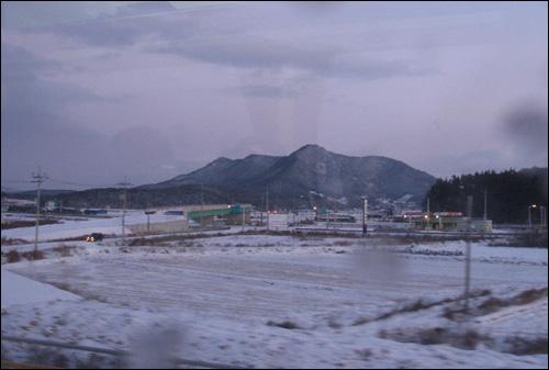 열차 안에서 바라본 풍경. 1번 국도 주변 모습이다.