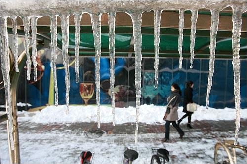 폭설에 이은 한파로 인해 서울시내에 내린 눈이 하루가 지나도록 녹지 않아 시민들이 통행에 불편을 겪고 있는 가운데 5일 낮 서울 마포구 합정역 부근 자전거보관소에 고드름이 주렁주렁 매달려 있다.