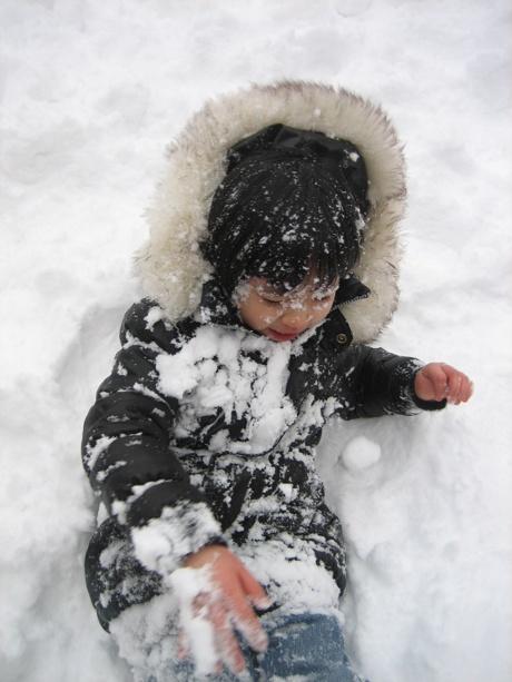 꼬마 눈사람 눈밭에 뒹굴던 아이가 정말 눈사람이 되었네요