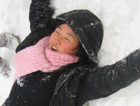 와! 포근하다 아이들 요청에 선생님도 눈밭에 드러누웠습니다.
