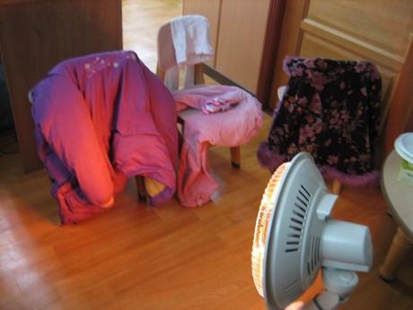 옷 말리는 중 눈싸움을 한바탕 치른 후 방과후교실에선 젖은 옷 말리기가 한창입니다.