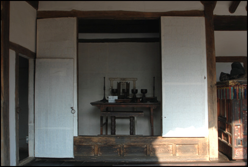 재실 대청의 좌측 끝 윗방과 연결되는 부분에 마련한 재실. 밖으로 돌출시키는 것이 일반적인 형태지만, 안으로 들여놓았다.