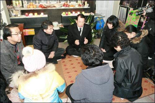 한국교회봉사단 작년 12월 19일 오후 2시 한국교회봉사단 대표회장 김삼환 목사는 용산 남일당을 방문해 문상하고 유족들을 위로하며, 준비한 방한복 등 겨울 용품을 전달하고, 구속자에게는 5만 원 상당의 영치금을 전달하였다. (사진 제공 한국교회봉사단)